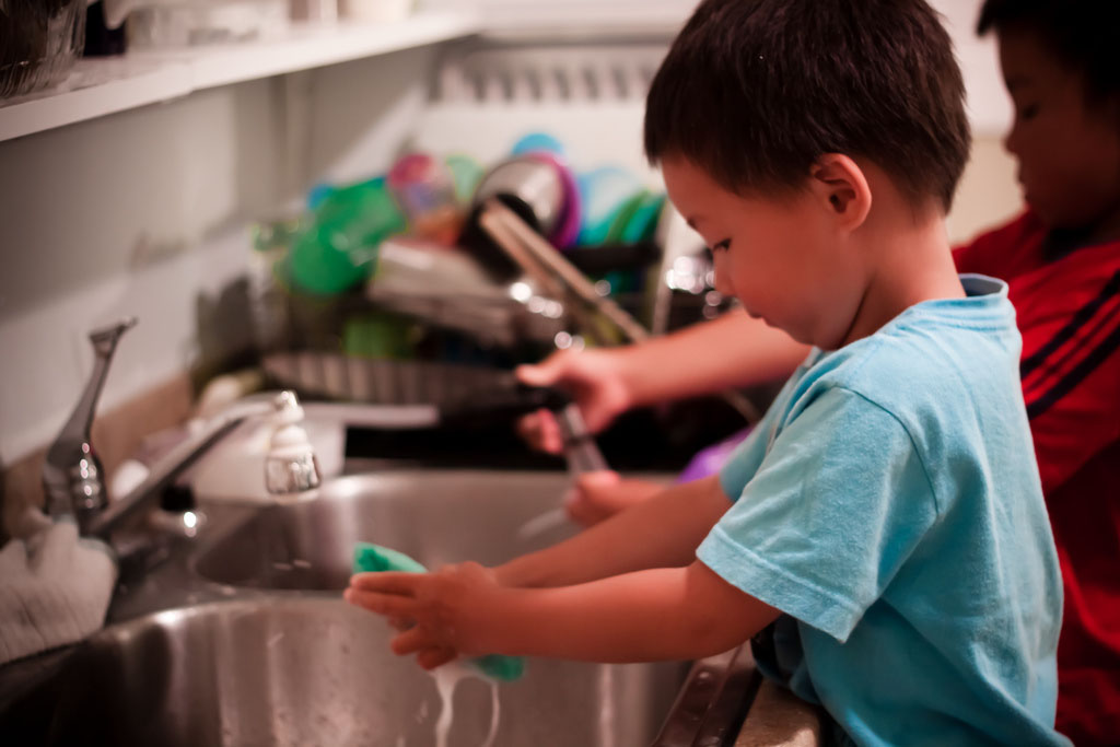 kid washing dishes